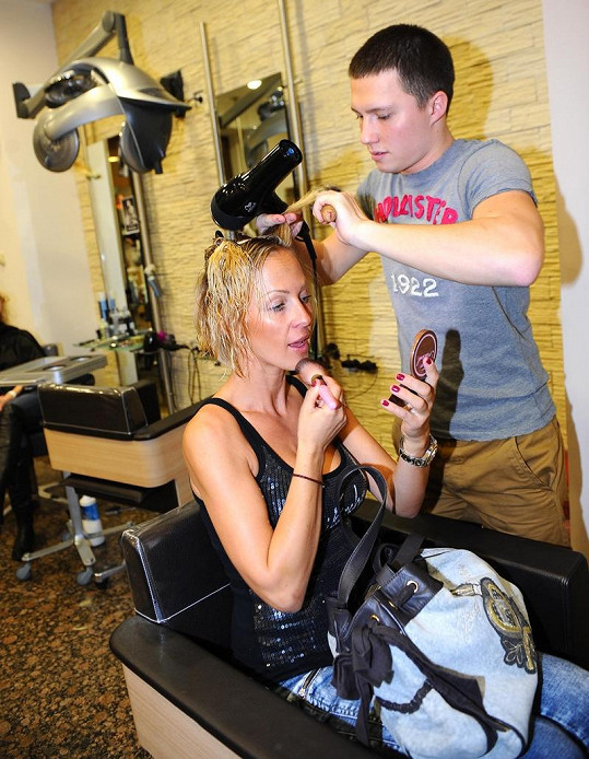 Zuza Belohorcová u svého kadeřníka Libora Smrže.