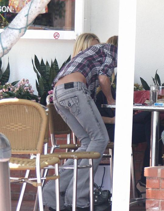 Tara na obědě s přáteli v těsných džínách, které zdůrazňovaly její vyzáblost.
