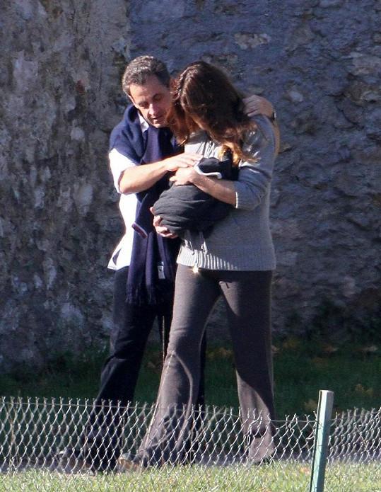 Sarkozy se ke své ženě chová velmi něžně.