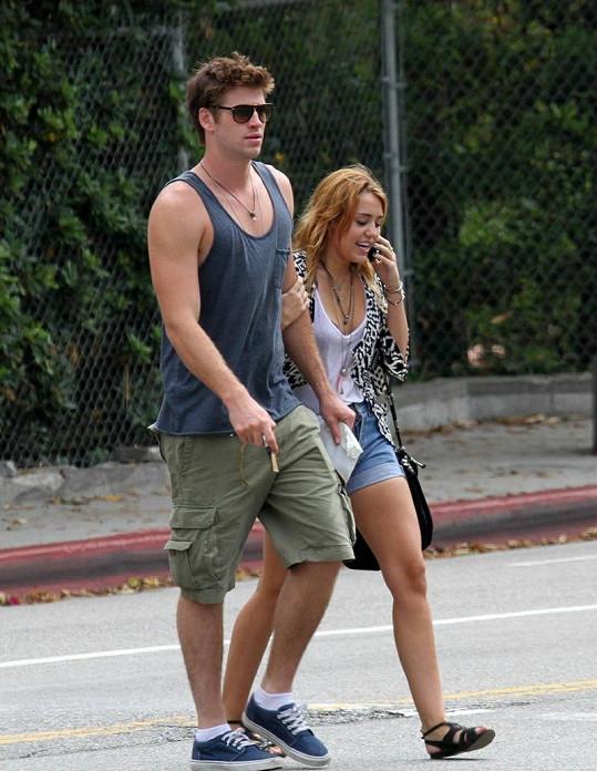 Cyrus s jednadvacetiletým australským hercem Liamem Hemsworthem.