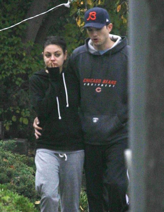 Milovníci pohodlí: Mila Kunis na procházce s Ashtonem Kutcherem.