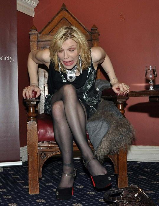 Takhle se chovala Courtney Love na vysoké škole Trinity College Philosophical Society v Dublinu.