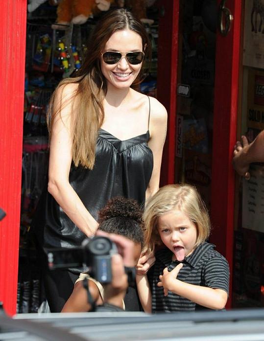 Zatímco Angelina rozdávala úsměvy, Shiloh vyplazovala jazyk.