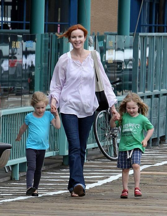 Sympatická zrzka s dcerami Eden a Savannah.
