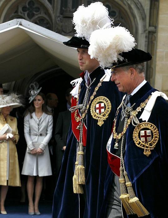 Rytíři William s otcem Charlesem v tradičních kloboucích.