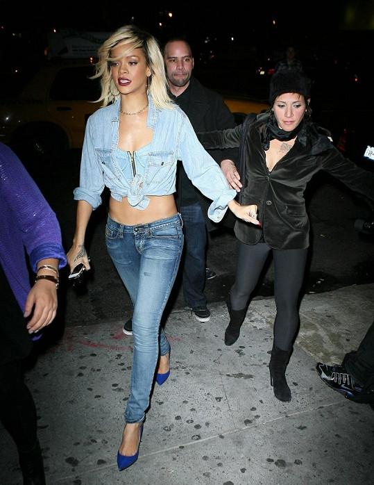 Rihanna v upnutých džínách ukázala, jak zhubla.