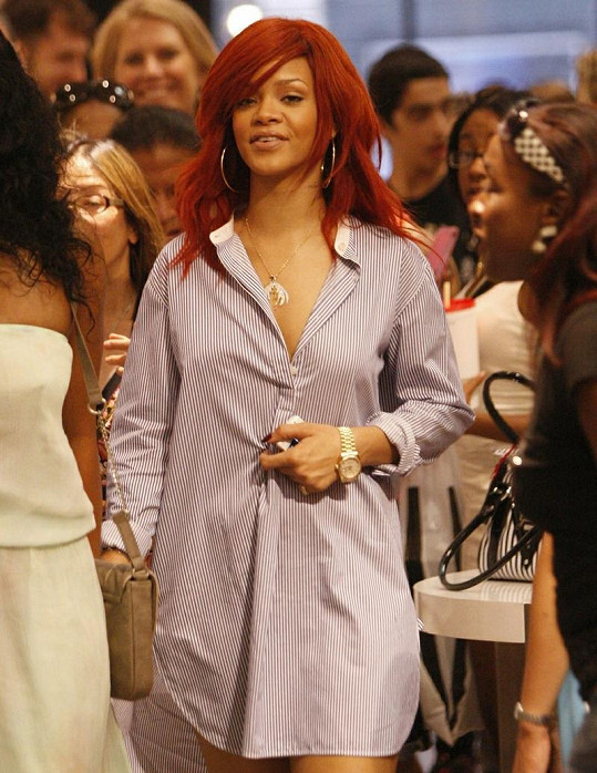 Rihanna ve svém lehkém modelu působila uvolněně.