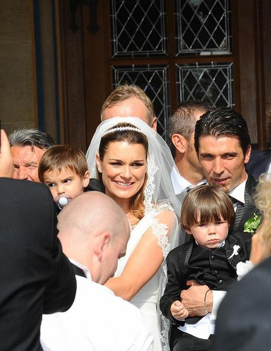 Nevěsta Alena Šeredová s ženichem Gigi Buffonem a dětmi Louisem Thomassem a Davidem Lee
