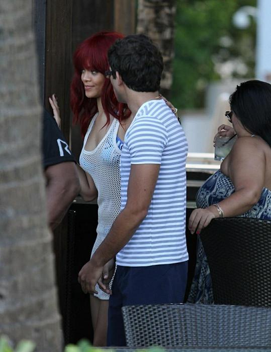Rihanna se nechává fotit s jedním ze svých fanoušků.