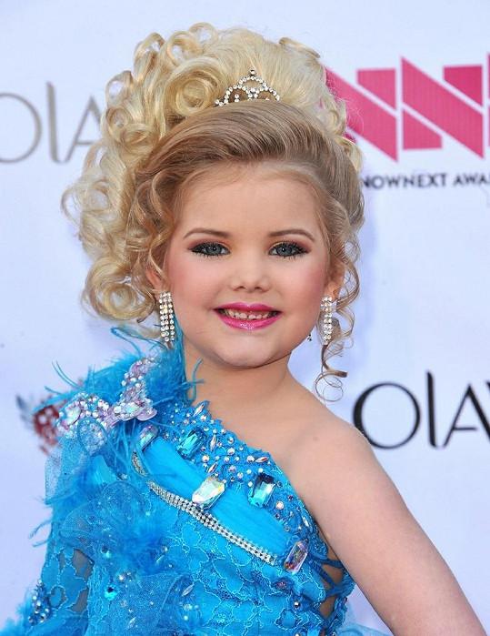 Plno laku na vlasy a make-upu, tak vypadá dětství této sedmileté slečny.