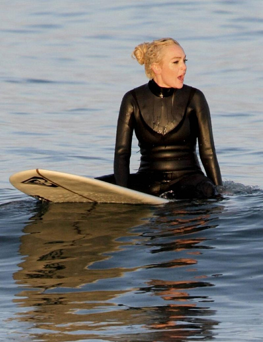 Lindsay Lohan na surfu.