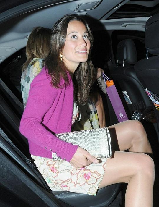 Pippa Middleton vystupuje z auta.