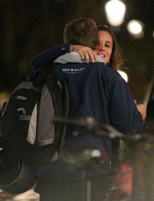 Pippa Middleton se po večeři s přáteli objímala s tímto mužem ve sportovním oblečení.