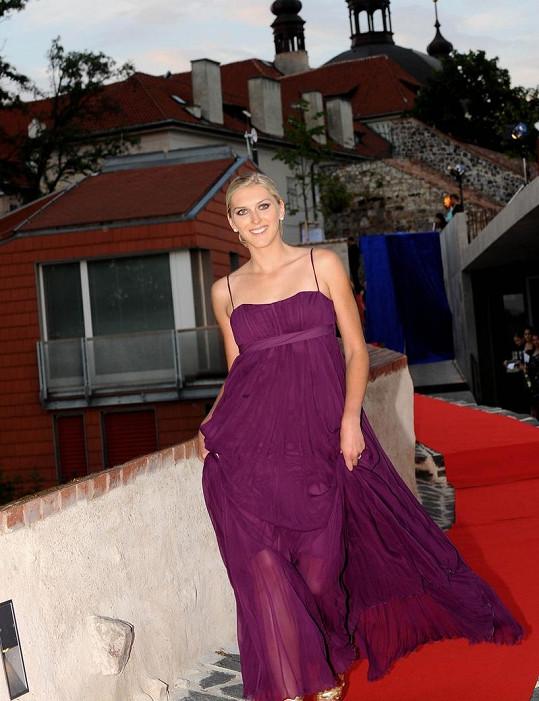 Zora Kepková předváděla luxusní modely návrhářek Sedláčkových.