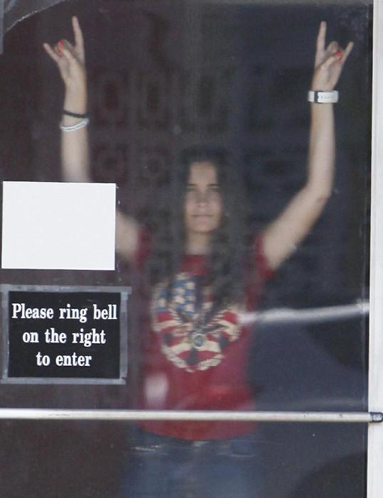 Paris a její gesta směřující novinářům.