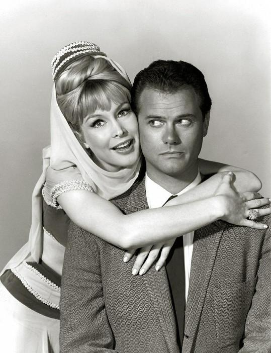 "Larry Hagman a Barbara Eden v seriálu ""I Dream of Jeannie""."