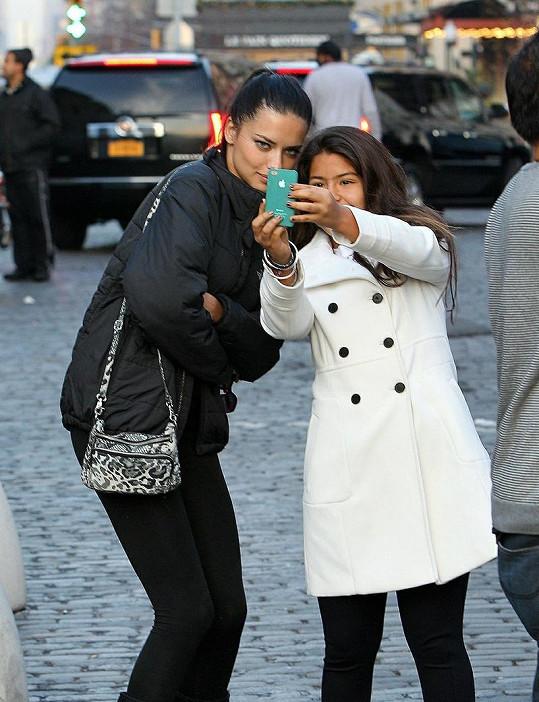 Modelka se s dívenkou ochotně vyfotila.
