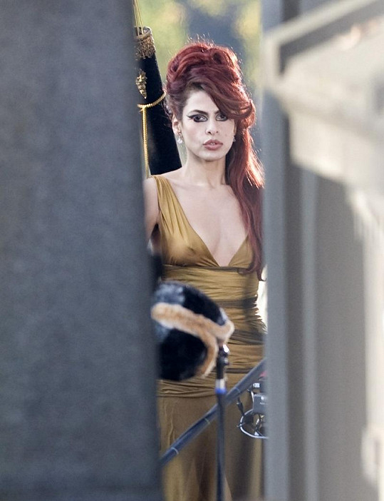 Eva Mendes ve filmu Holly Motors bude vypadat hodně démonicky.