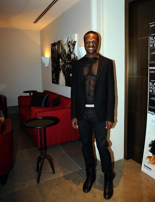 Návrhář Iman Ayissi je synem bývalé Miss Kamerun a předváděl i pro Diora.