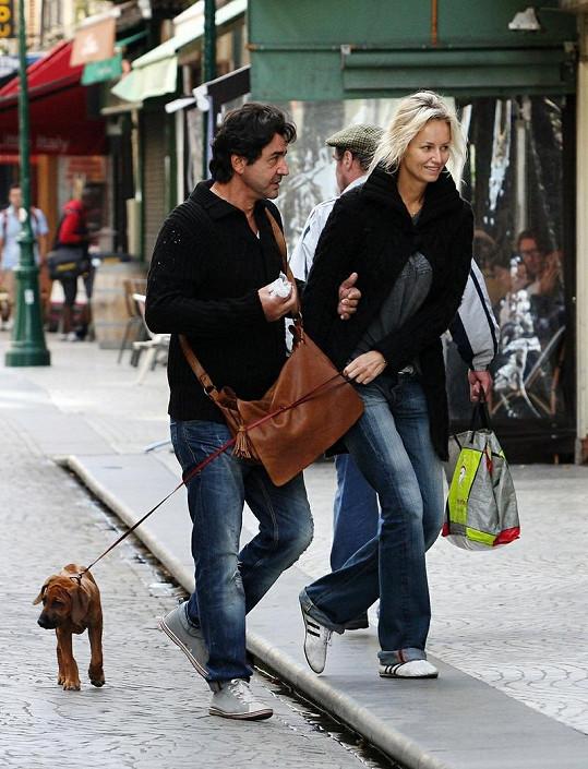 Dvojice si po ulicích Paříže vedla i roztomilé štěňátko.