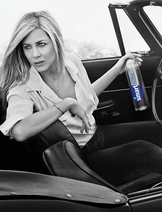 Jennifer Aniston v reklamě na minerální vodu Smart Water.