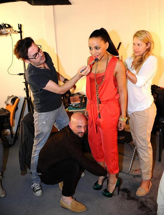 Partička odborníků v akci. Stylista Filip Vaněk, vizážista Pavel Bauer a kadeřnice Veronika Vandasová dělají Tinu ještě krásnější.