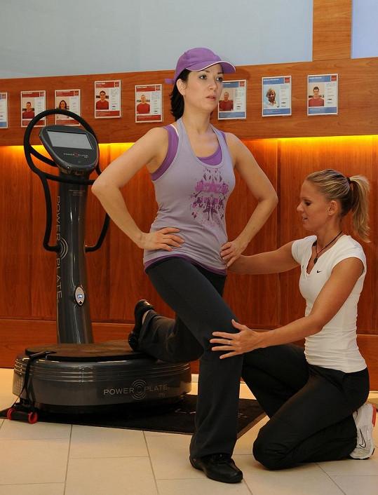 Tereza Kostková ve fitku se svojí trenérkou Zuzkou.