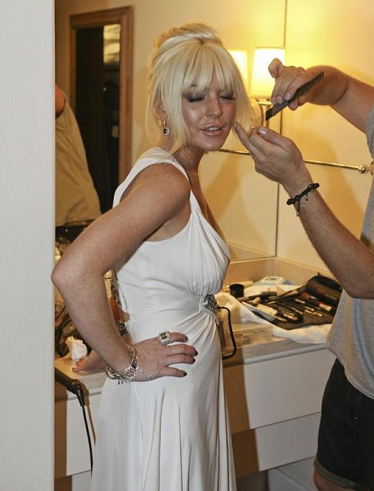 Blondýnka se pod rukama odborníka proměnila v něžnou dámu.