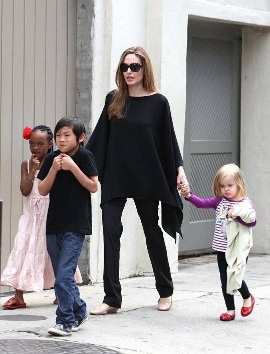 Angelina vyrazila s dětmi nakoupit do obchůdku v New Orleans.