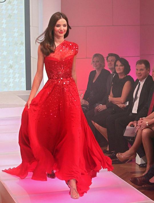 Miranda se ukázala také nádherné v rudé róbě.