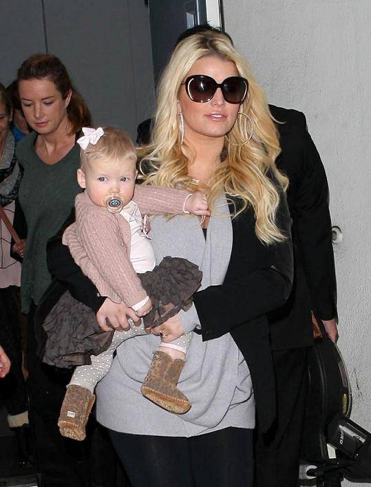 Jessica Simpson s malou Maxwell na letišti v Los Angeles.