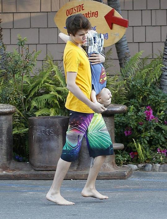 Justin s jedním ze svých sourozenců.