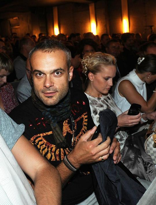 Jaro Slávik v hledišti na muzikálu Osmý světadíl s půvabnou blondýnkou.