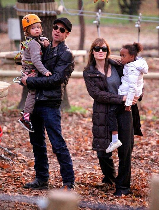 Šťastná rodina na procházce.