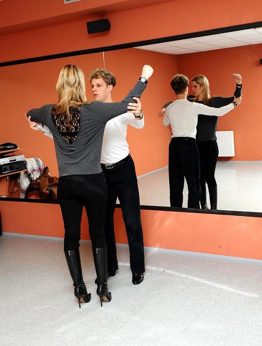 Jan Onder ukazuje krásce správné držení těla při tanci.