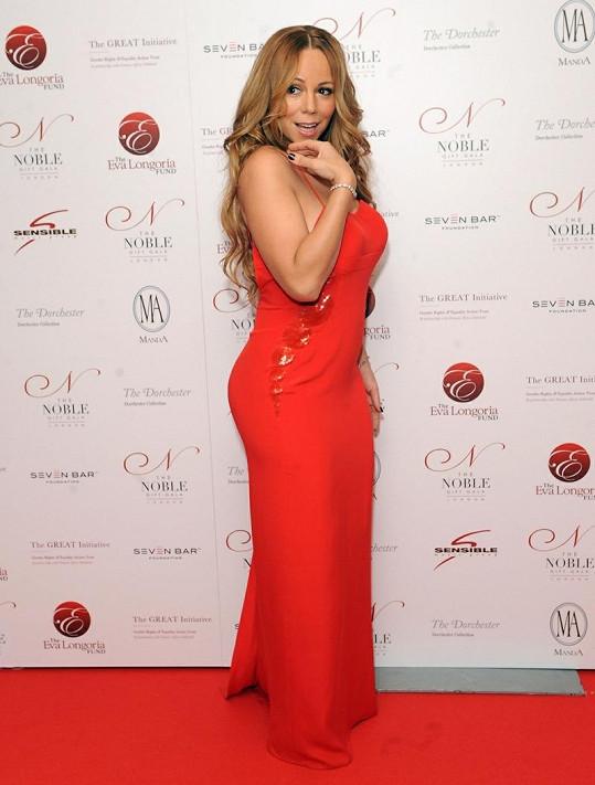 Mariah Carey na Noble Gift Gala předvedla svou skvělou postavu.