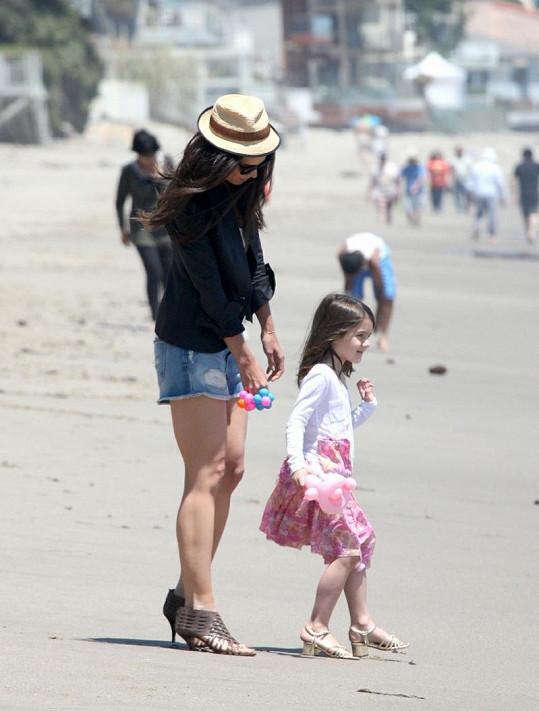 Maminka ani dcera nezvolily na pláž nejvhodnější obuv.