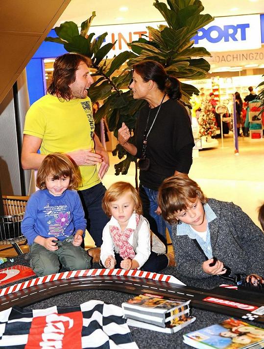 Jana s dětmi, Janem Tunou a jedním z jeho potomků na křtu DVD Auta 2.