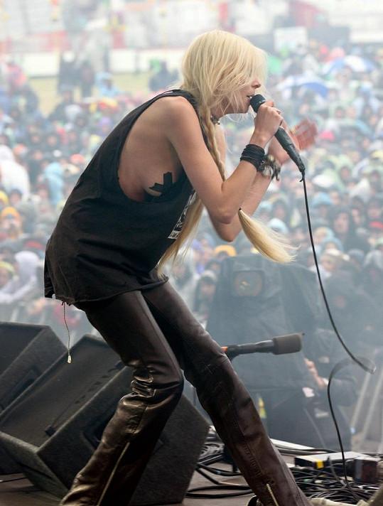 Tisíce festivalových nadšenců sledovaly nejen zpěvaččiny pěvecké dovednosti, ale i její tělesné přednosti.