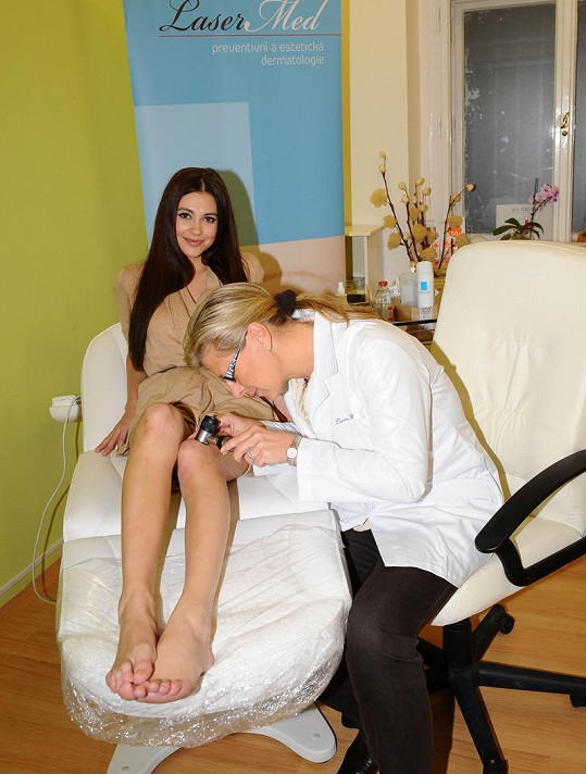 Hana Svobodová v péči lékařky.