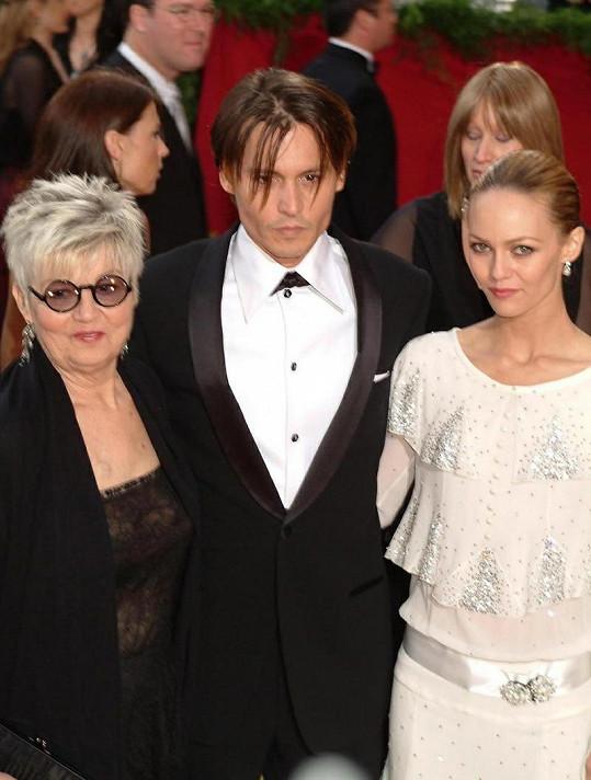 Johnny Depp s maminkou (vlevo) a Venessou Paradis na starší fotce.
