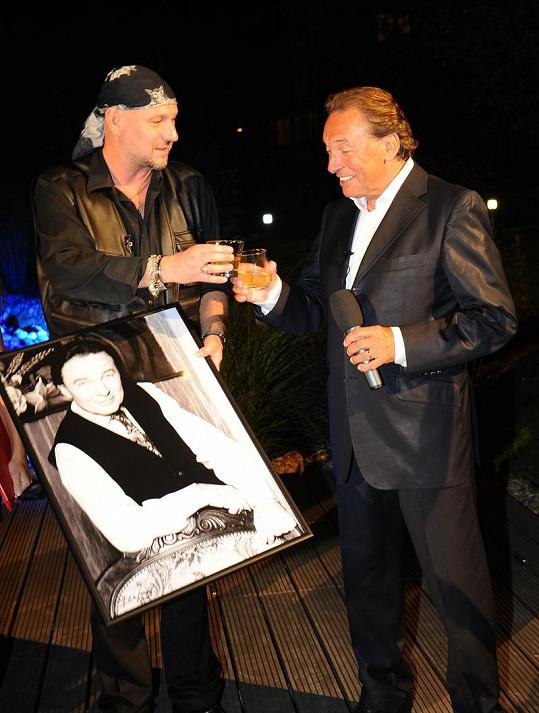 I když Karel Gott tvrdé moc nepije, s fotografem Ludvíkem si připil.
