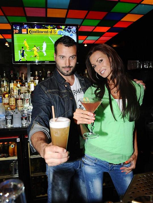 Noid s Eliškou dávají přednost různým drinkům.