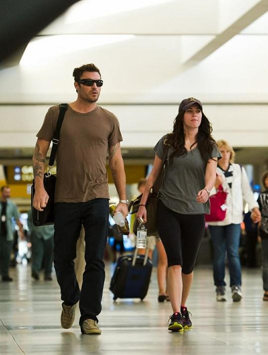 Manželský pár po příletu do Los Angeles.