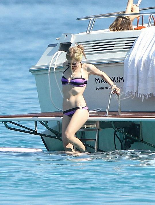 Po cvičení se vrhla do moře.