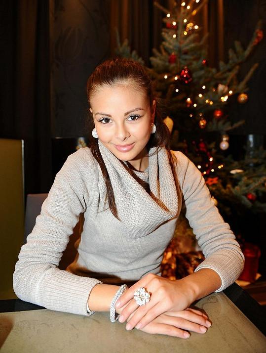 Monika ozdobená šperky, které stojí přes milión.