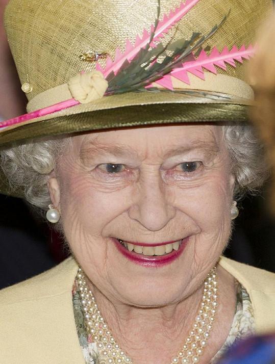 Královna v slaměném klobouku v Irsku.