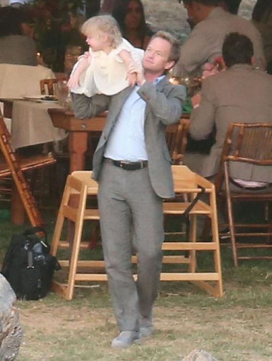 Na svatbu byl pozván také Cobiin herecký kolega Neil Patrick Harris.