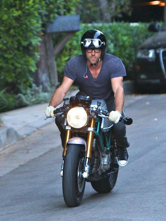 Herec Ryan Reynolds odjíždí z domu Sandry Bullock.