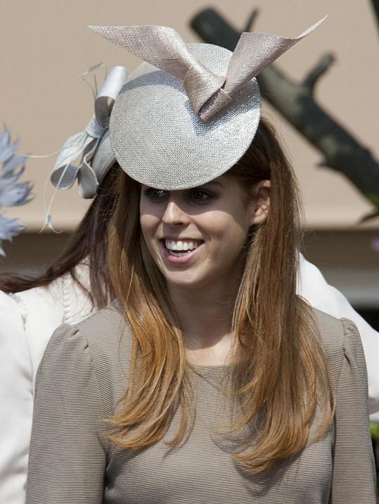 Není to poprvé, kdy Beatrice šokovala odvážným kloboukem. S touto kreací přišla na velikonoční mši.